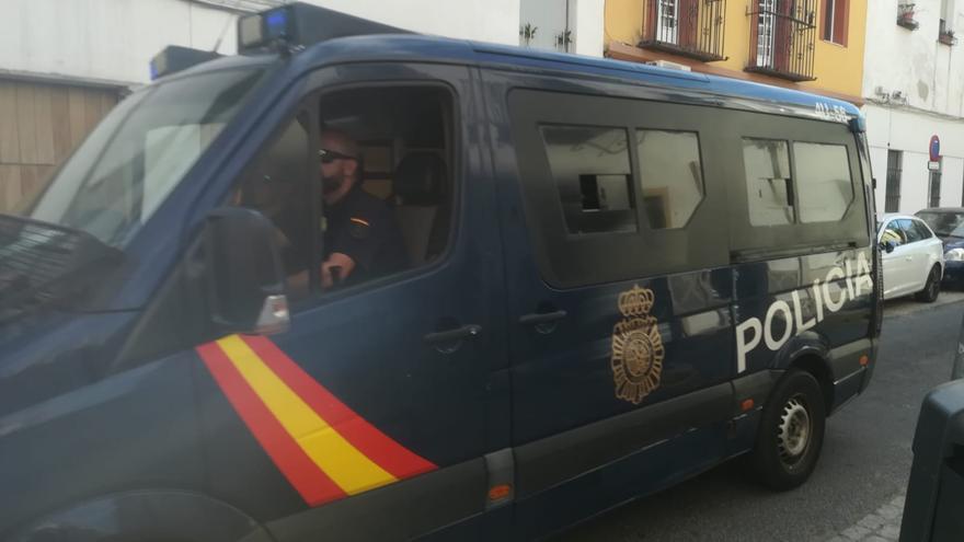 La Policía establece un dispositivo de seguridad frente al centro de acogida