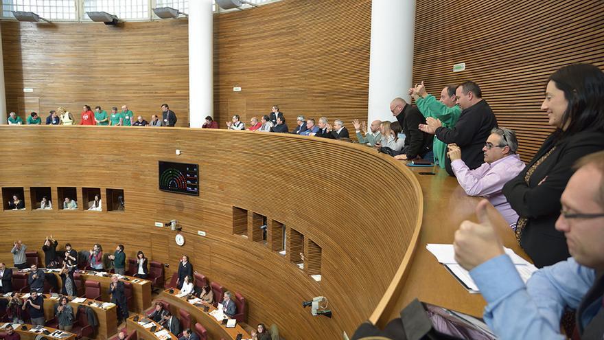 Miembros de la PAH celebran en las Corts la aprobación de la Ley de la Función Social de la Vivienda