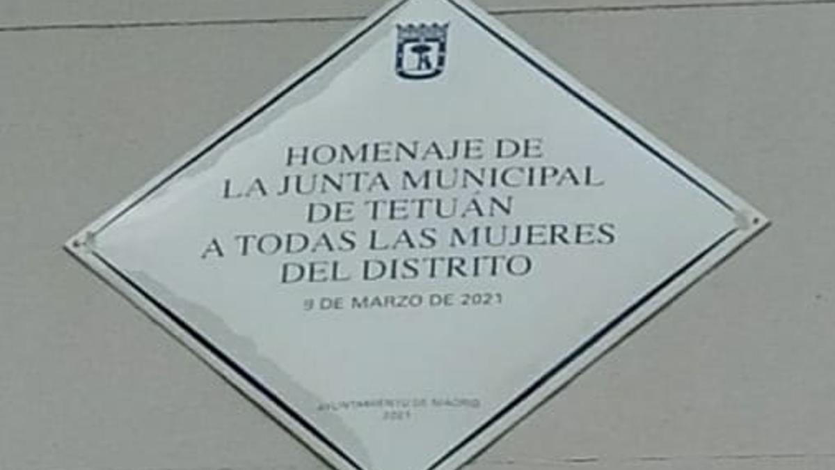 """Placa instalada en la """"Plaza de las Palomas"""" (Plaza del Canal de Isabel II)"""