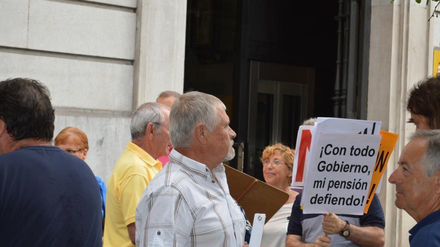 Uno de los manifestantes de la pensiones ante la Delegación del Gobierno de Cantabria
