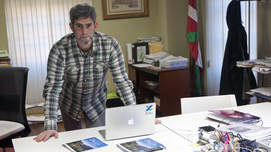 El alcalde independiente de Zalla, Javier Portillo, con las mesas de su despacho y su portátil./EDN