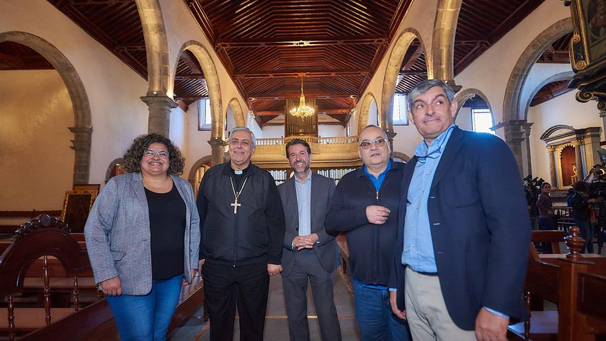 La consejera insular Coromoto Yanes, de Icod de los Vinos; el obispo Bernardo Álvarez, y Carlos Alonso (centro), de izquierda a derecha