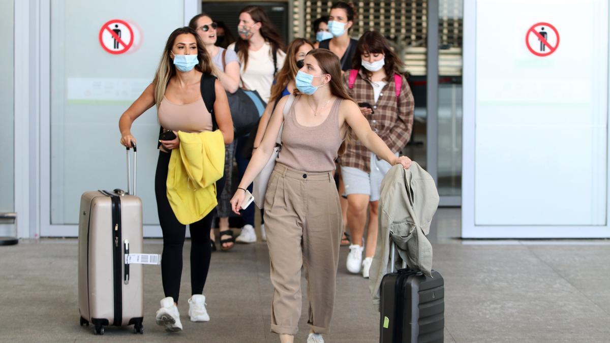 Llegada de turistas al aeropuerto de la Costa del Sol, donde desde hoy comienzan sus vacaciones en la ciudad. a 01 de julio de 2021, en Málaga (Andalucía).