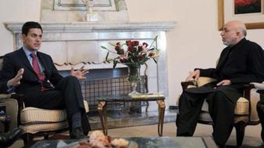 Miliband dice que el Gobierno afgano sería derrocado si las tropas de la OTAN se repliegan ahora