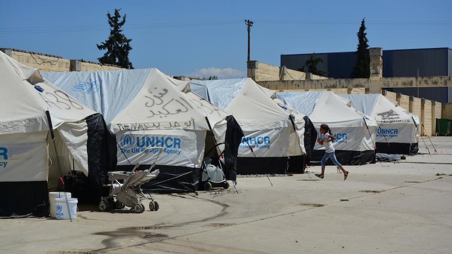 Una niña corre por el campamento de refugiados de Diavata