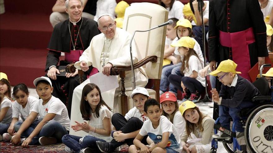 """Los niños """"entrevistaron"""" al papa Francisco sobre la paz en el Vaticano"""