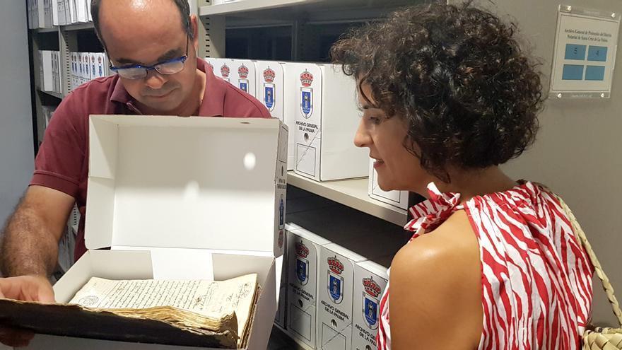 Visita de Jovita Monterrey el Archivo General de La Palma.