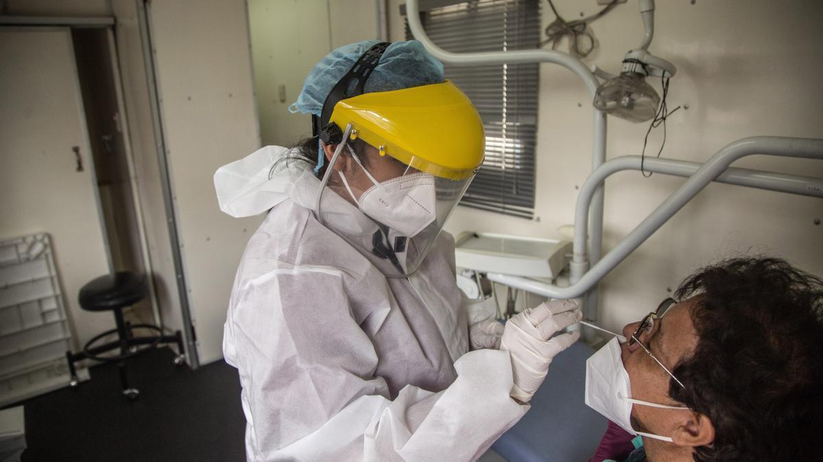 Una persona se realiza una prueba PCR. EFE/ Esteban Biba/Archivo