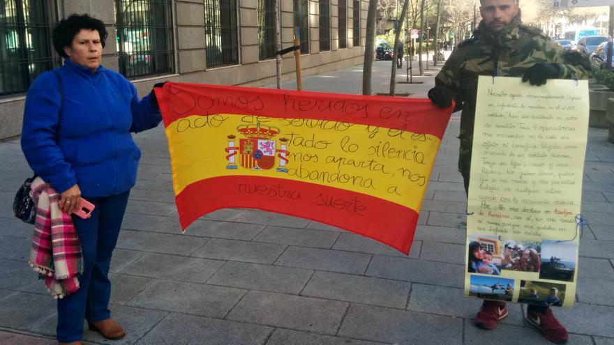 Francisco Javier Fontao junto a su madre protestando en la sede de Defensa