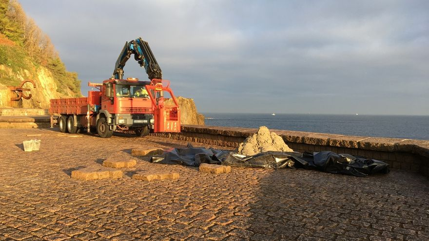 Ayuntamiento de San Sebastián repara el muro de costa en el Peine del Viento