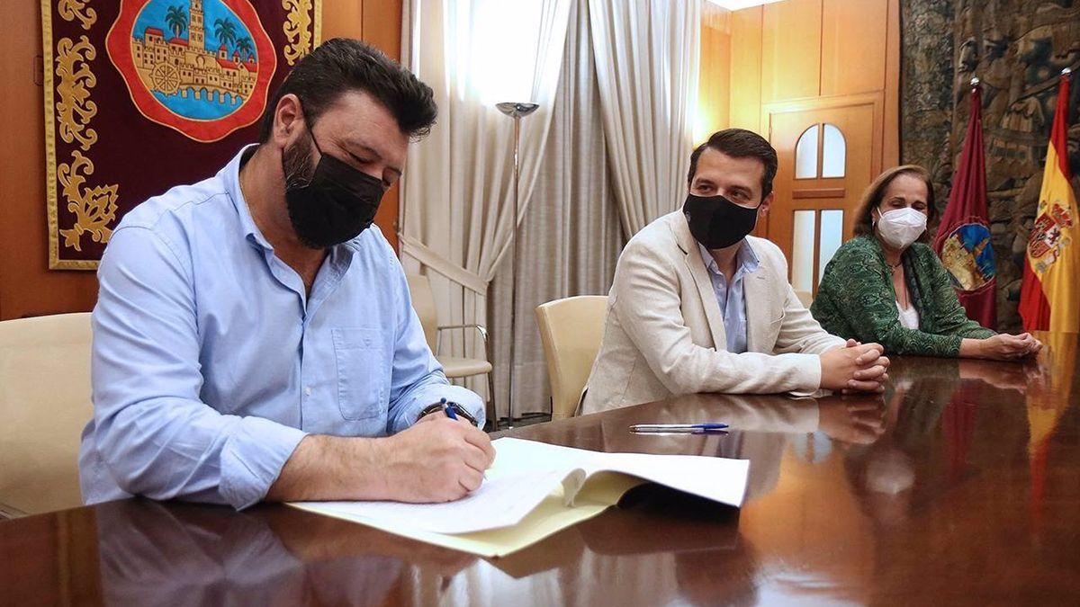 Palomares (UGT) en al firma del acuerdo con Bellido y Torrent.