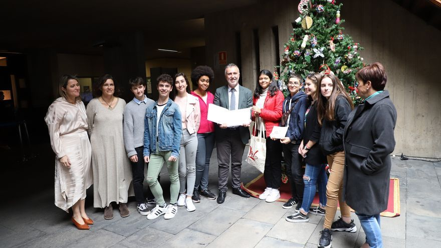 Ángel Víctor Torre, junto al árbol de Navidad,  con los alumnos del IES Eusebio Barreto de Los Llanos de Aridane.