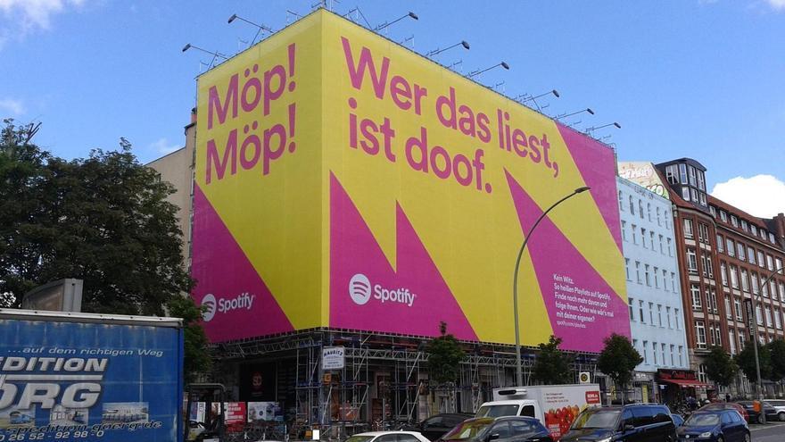 Un edificio de Berlín cubierto por una lona publicitaria.