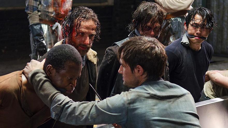 Andrew J. West, en primer plano, junto a los protagonistas de 'The Walking Dead: T5'