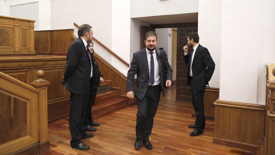 Francisco Pérez Torrecilla entrando en el salón de plenos de las Cortes de Castilla-La Mancha