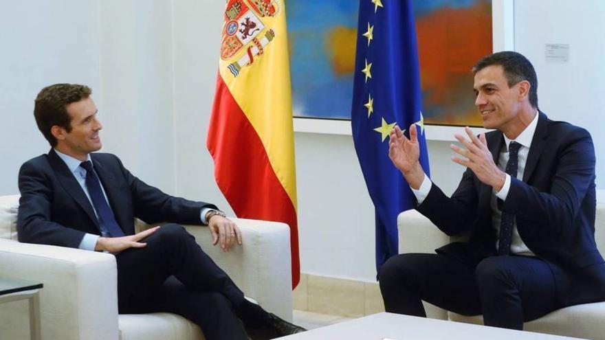 Pablo Casado y Pedro Sánchez en un encuentro en Moncloa. EFE