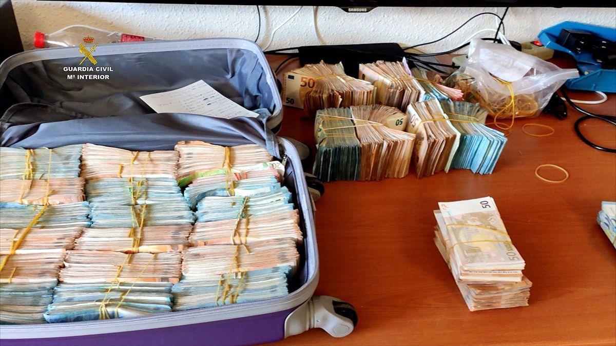 Una maleta con dinero intervenida en la operación de la Guardia Civil.
