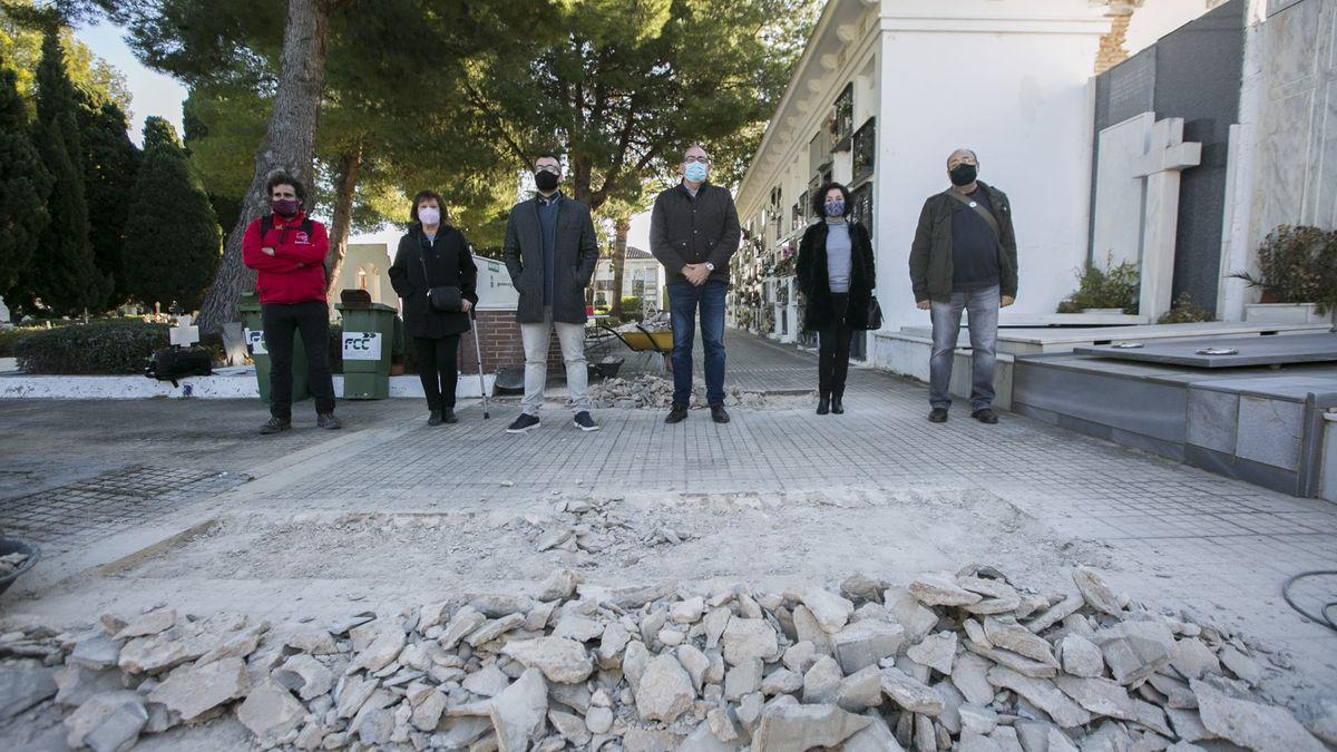 Inici dels treballs d'exhumació al cementeri de Gandia.