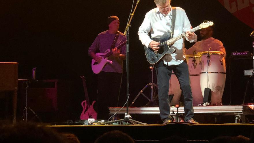 Steve Winwood, coge la guitarra,tras percatarse de los problemas de sonido con el órgano y su micro.