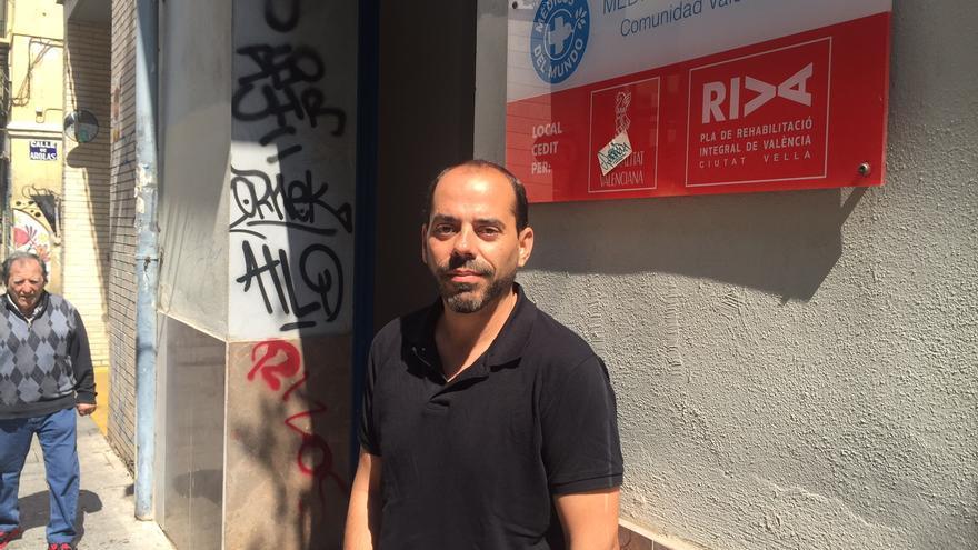 Natxo Tarazona, frente a la sede de Médicos del Mundo en Valencia.