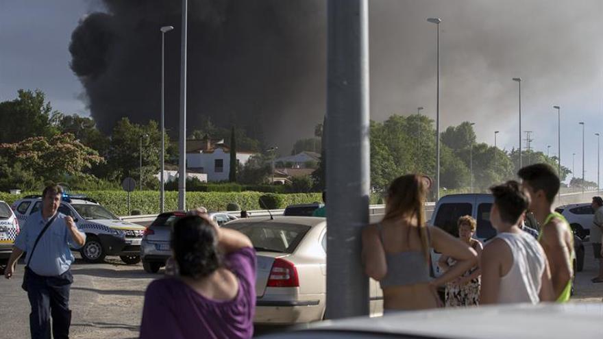 Vuelven a sus casas los desalojados por incendio de fábrica en Dos Hermanas