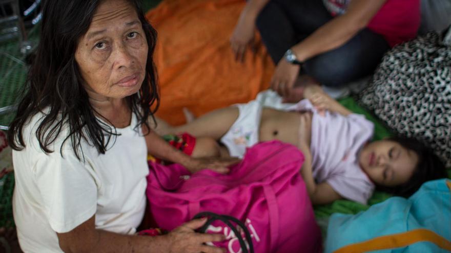 Familias evacuadas y niños del tifón Yolanda reciben las primeras y más básicas ayudas del gobierno y las organizaciones internacionales en Tacloban el 13 de noviembre de 2013./Daniel Burgui