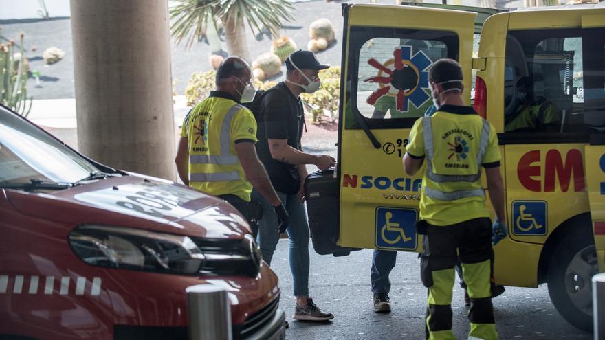 Un viajero sube a un vehículo de emergencias tras desembarcar en Lanzarote de un vuelo procedente de Madrid en el que parte del pasaje ha sido sometido a aislamiento después de que uno de los ocupantes del avión diera positivo en covid-19 en unas pruebas cuyos resultados tenía pendiente.