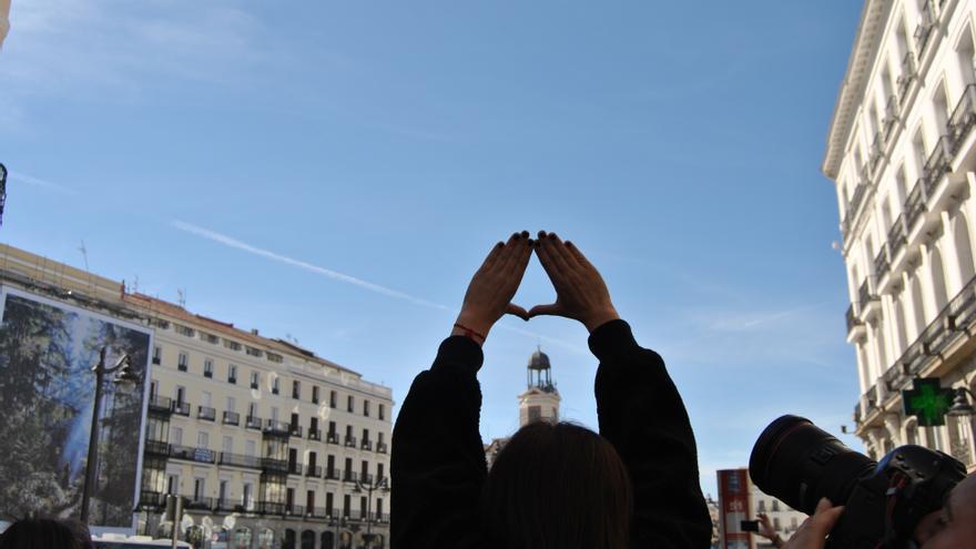 Brazos emulando el símbolo feminista a la llegada de la marcha del 8 de marzo a la Puerta del Sol. \ Mercedes Domenech