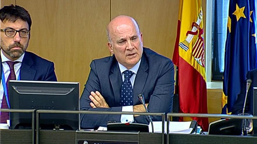 Andrés Cortabitarte, exdirector de Seguridad en la Circulación de Adif imputado por Angrois, durante su comparecencia en el Congreso con su abogado