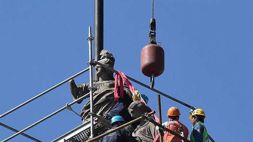 Retiran esculturas del español Tolsá de la Catedral de México por terremoto