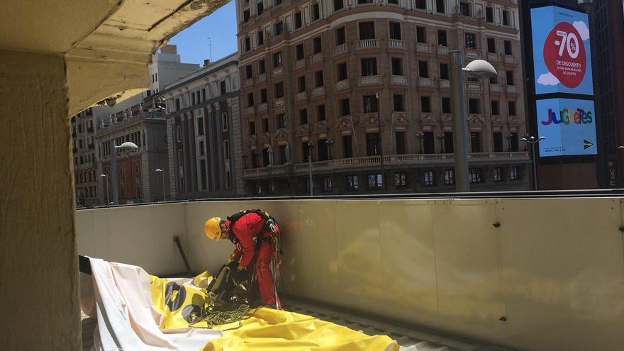 Greenpeace recoge la pancarta descolgada en el Palacio de la Prensa