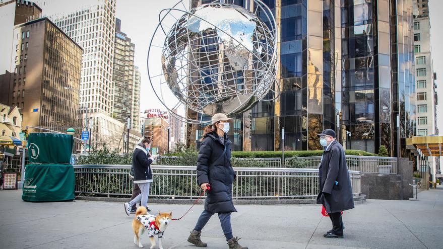 La gente usa máscaras para protegerse de la pandemia de coronavirus (COVID-19) mientras caminan por Central Park.