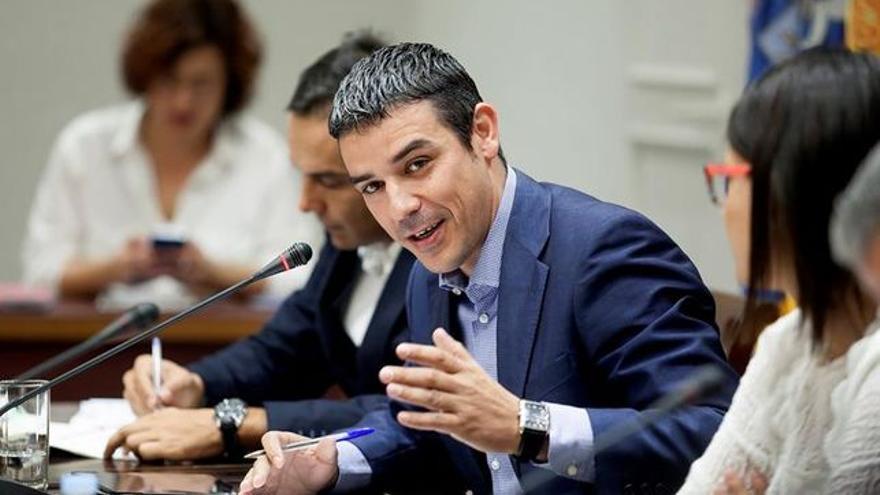 Narvay Quintero, consejero canario de Agricultura, en el Parlamento regional