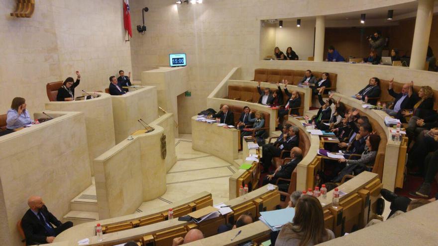 Carrancio, a la izquierda de la presidenta del Parlamento, votando junto a los diputados de PRC y PSOE.
