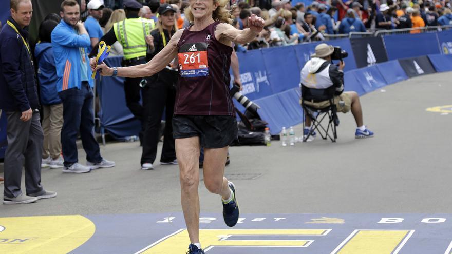 Kathrine Switzer cruzando la meta por segunda vez 50 años después // AP