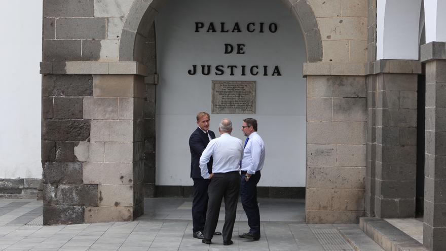 Salvador Alba, junto a sus abogados, en una de las sesiones del juicio contra él