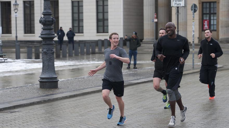 El fundador de Facebook, Mark Zuckerberg, corre por la plaza Pariser Platz junto a sus guardaespaldas en Berlín (Alemania)