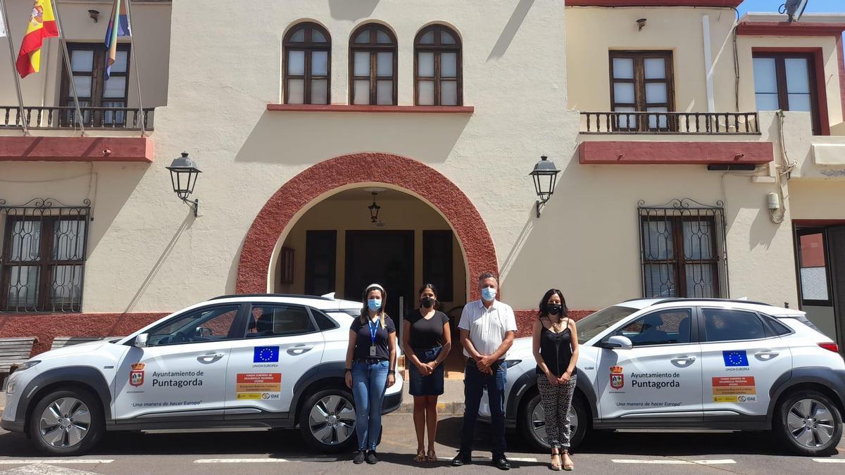 Presentación de los dos nuevos vehículos eléctricos  del Ayuntamiento de Puntagorda.