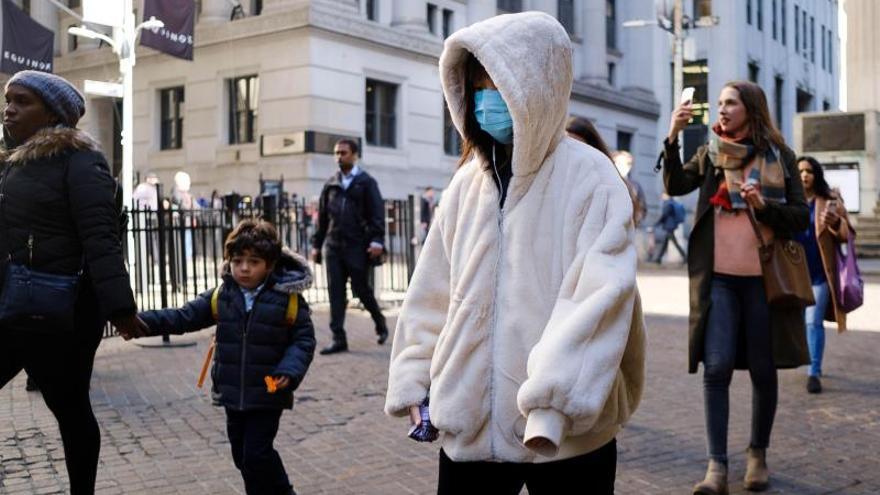 Una persona lleva una máscara en Nueva York.