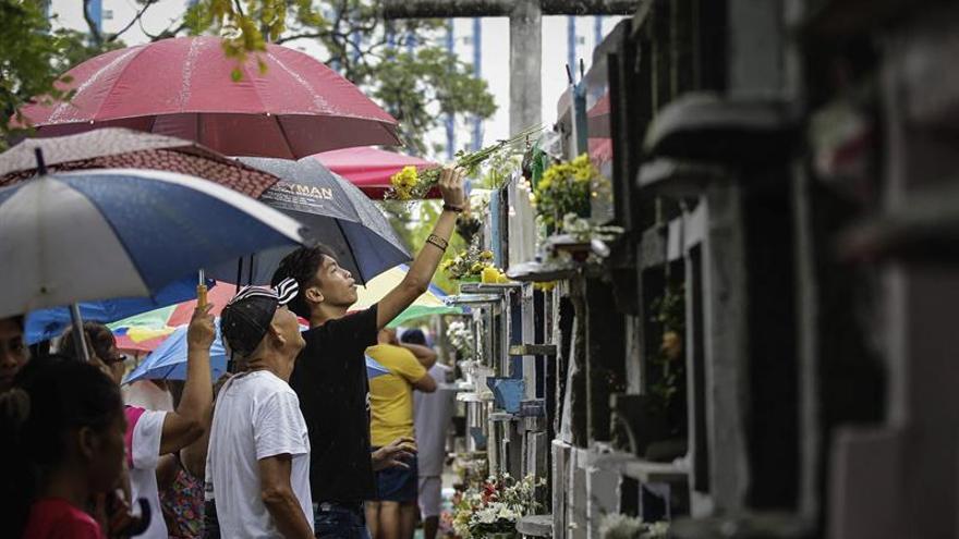 Millones de filipinos abarrotan los cementerios para honrar a sus muertos