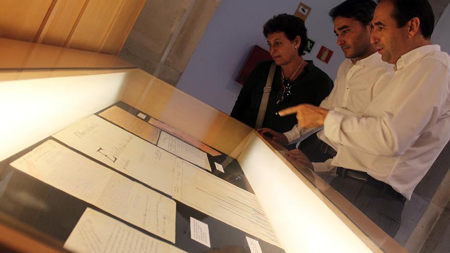 Los directores generales de Memoria Democrática e Innovación Cultural en la presentación del archivo. / JUAN MIGUEL BAQUERO