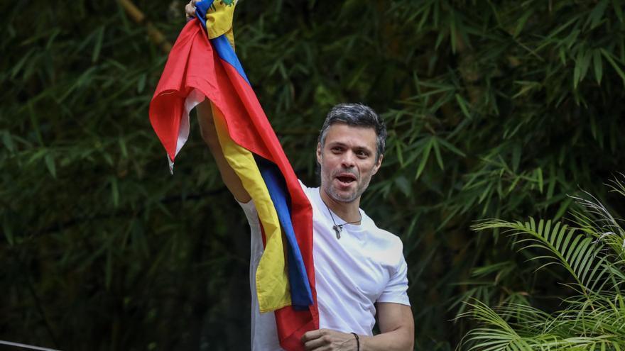 El opositor venezolano Leopoldo López saluda desde su casa tras ser liberado.