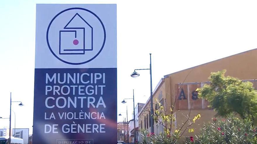 """Un cartel identificando la localidad como municipio """"protegido"""" contra la violencia machista en la Pobla de Vallbona."""