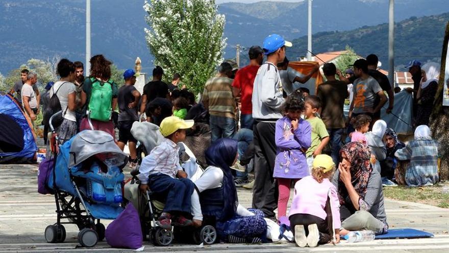 ACNUR lanza una campaña de reparto de ropa de invierno para los refugiados en Grecia