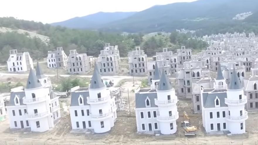 Con un coste estimado en 174 millones de euros, el futuro de estos 300 castillos amontonados ha pasado a ser incierto
