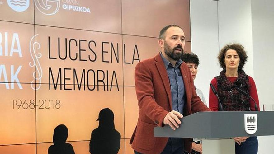 Denis Itxaso durante la presentación de la exposición.