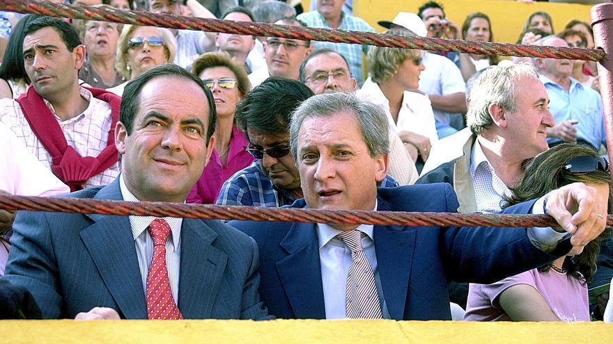 Burgos, 04/07/03.- El presidente de Castilla La Mancha, José Bono, ha asistido hoy a la séptima corrida de la Feria de Burgos, invitado por el empresario burgalés Antonio Méndez Pozo (d). EFE/FEDERICO VELEZ
