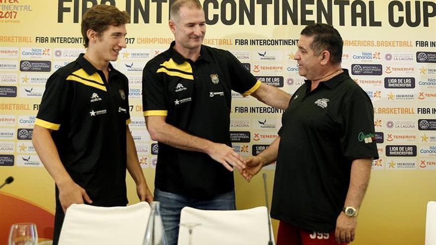 El entrenador del Iberostar Tenerife, Nenad Markovic (c) y el capitán del equipo, Nicolas Richotti (i), saludan al entrenador del Guaros de Lara, Guillermo Vecchio