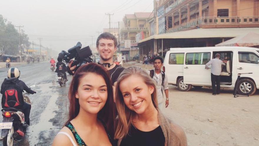 Anniken Jørgensen (dcha), en uno de sus primeros días en Camboya. FOTO: Anniken Jørgensen