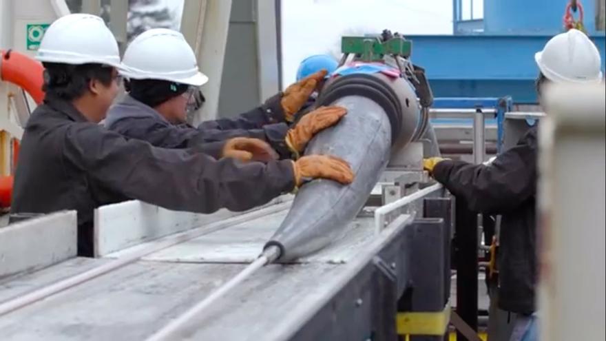 Operarios instalan un nuevo cable submarino